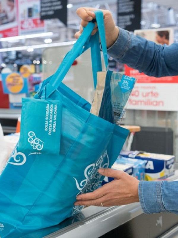 Eroski incorpora una nueva bolsa de papel como alternativa a la de plástico de un solo uso