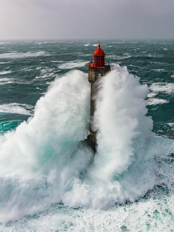 El cambio climático incrementa la potencia de las olas