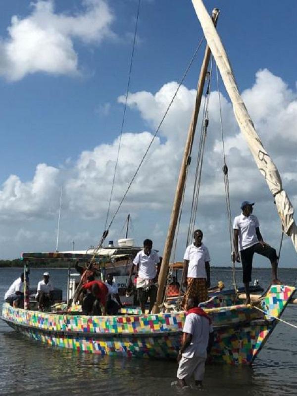 El barco de vela fabricado con residuos plásticos inicia su periplo medioambiental