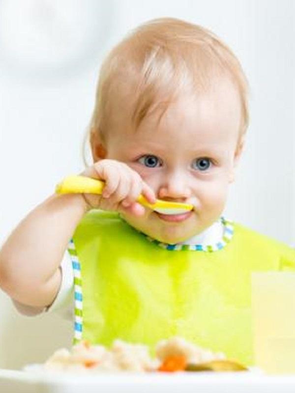 ¿Qué es la alimentación autorregulada por el bebé?