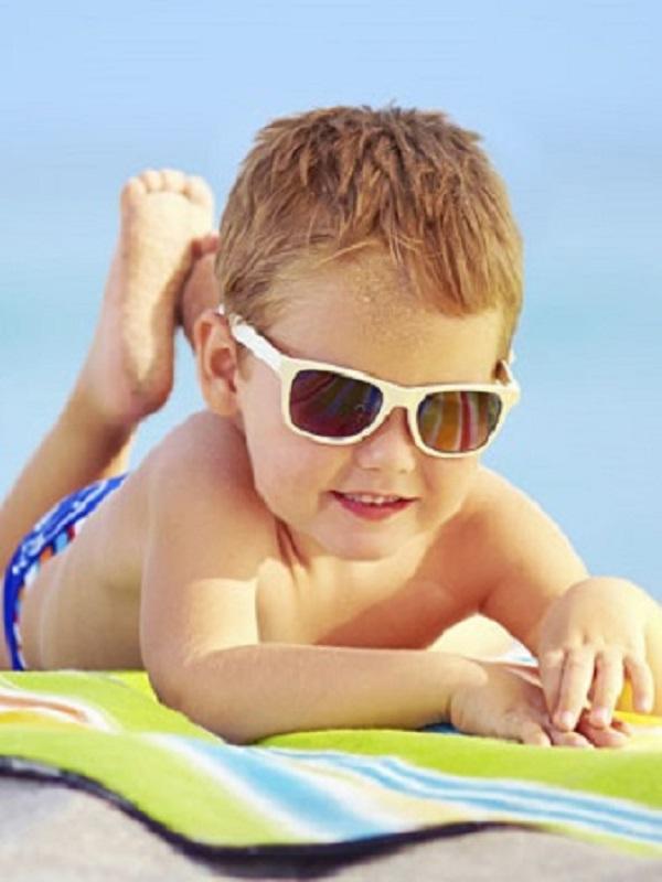 Conoce las dos cremas solares de las que debes mantener alejados a tus hijos