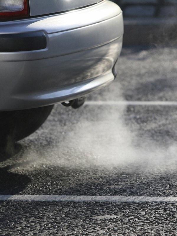 Greenpeace exige terminar con las emisiones de CO2 del transporte y adelantar el fin de los combustibles fósiles