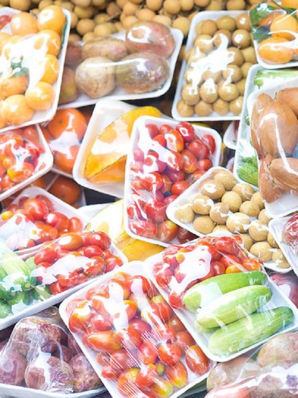 Plásticos y alimentos ecológicos, la contradicción está servida