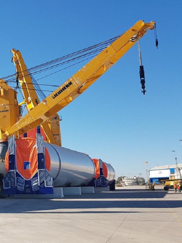 El puerto de Sevilla carga la mayor torre eólica marina del mundo, de fabricación local