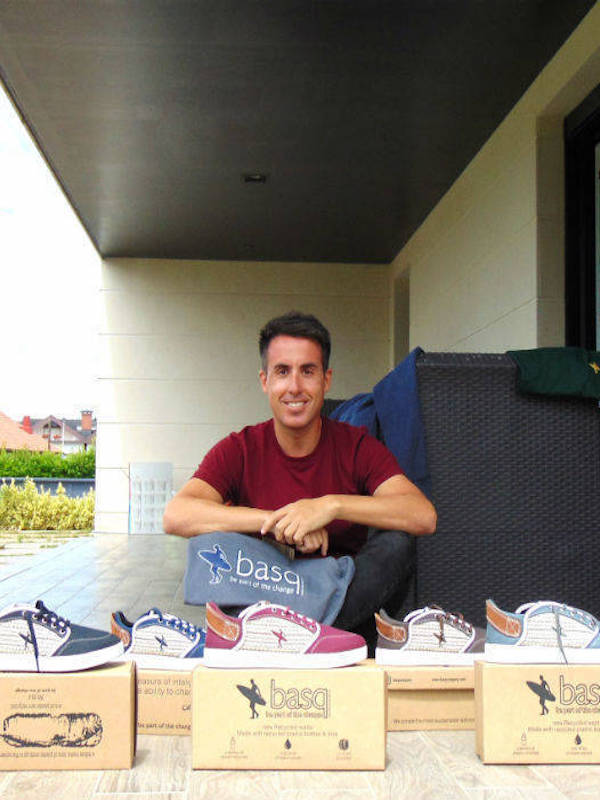 Un diseñador vizcaíno crea zapatillas, camisetas y sudaderas con material reciclado
