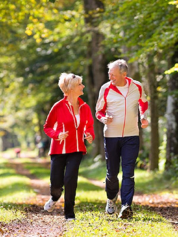 La actividad física ligera, relacionada con menor riesgo de enfermedad cardiaca en mujeres mayores