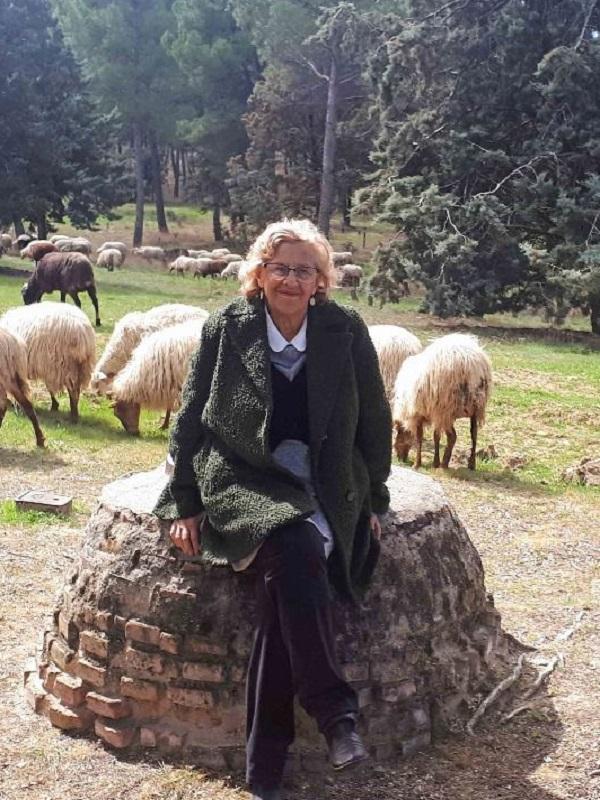 La Alcaldesa de Madrid apadrina una cordera del rebaño de la Casa de Campo