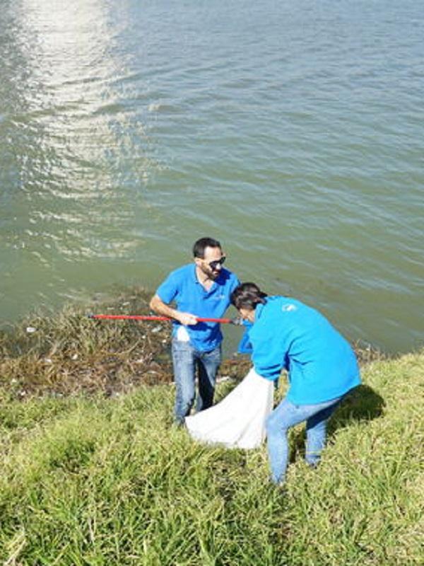 Unos 50 voluntarios limpian el río en Sevilla y recogen en dos horas más de 130 kilos de vidrio y 65 kilos de plástico