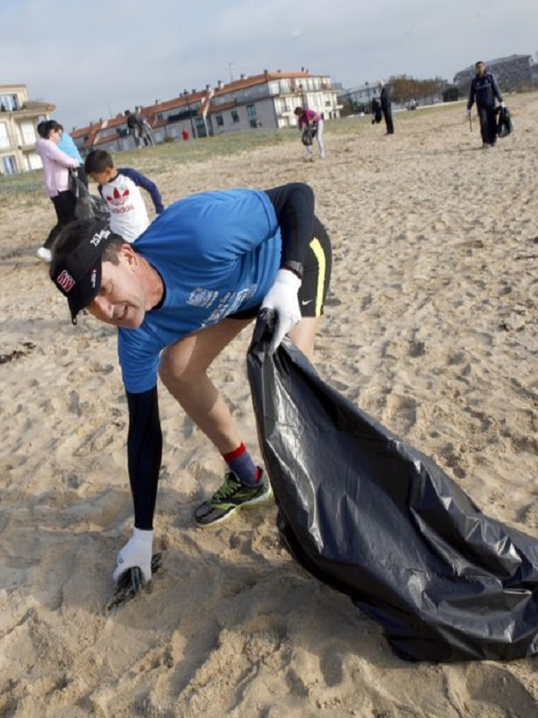 ACEIGA promueve una jornada de limpieza en la playa de Coroso (Riveira)