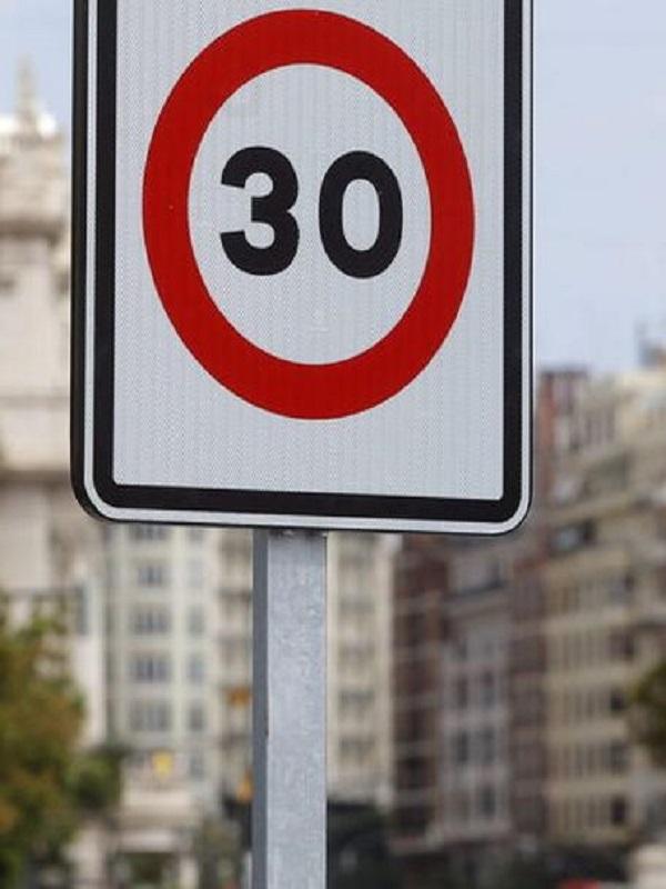 Colau quiere que el 75% de las calles de Barcelona la velocidad máxima sean de 30 kilómetros por hora