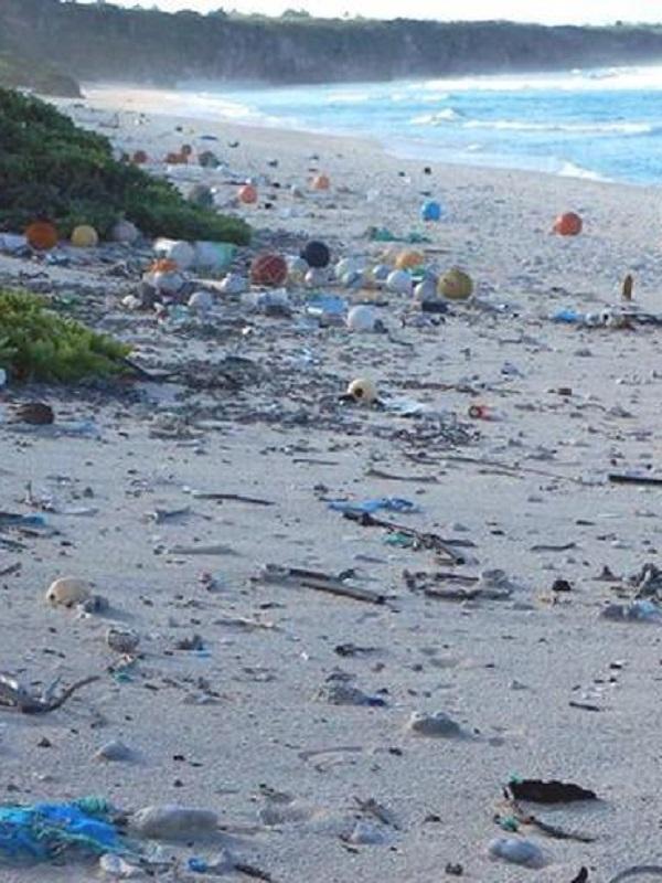 Cientos de toneladas de plástico en remotas playas de islas del Índico
