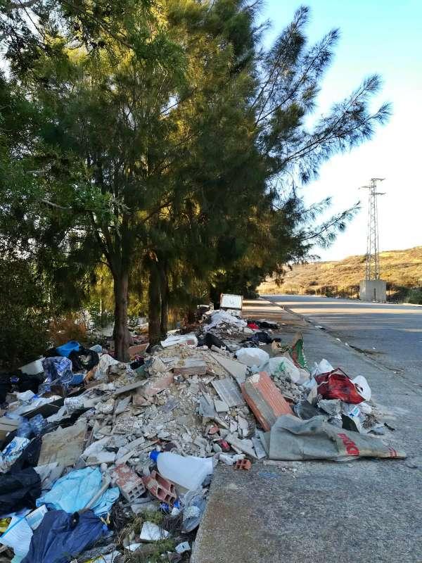 Cádiz. Ecologistas lamentan la acumulación de residuos en la zona de El Zabal