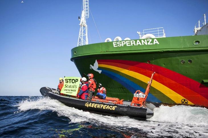 El barco Esperanza de Greenpeace certifica la presencia de plástico en el mar de los Sargazos