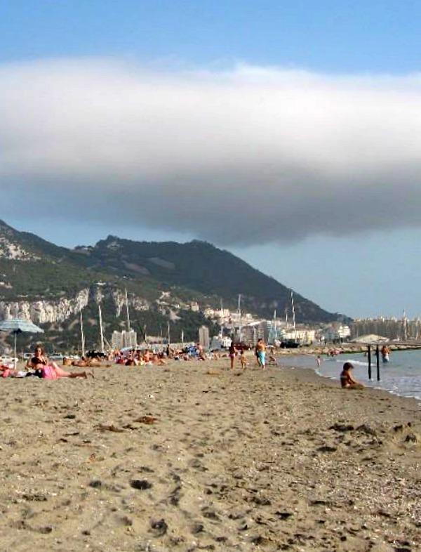 Los vertidos de aguas residuales en la playa de Poniente en La Línea (Cádiz), ya no son un 'excepción', pero si una 'norma'