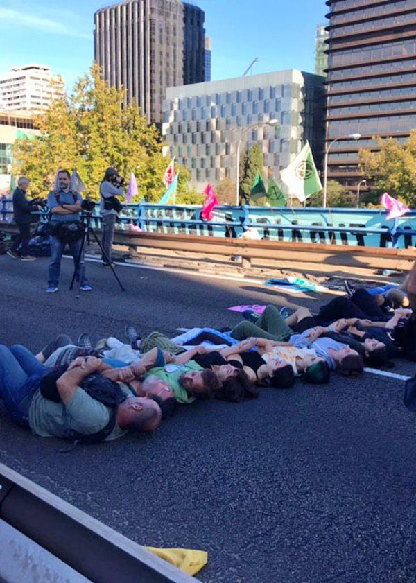 Miles de activistas ocupan el puente de Nuevos Ministerios en Madrid para exigir una lucha contra el Cambio Climático