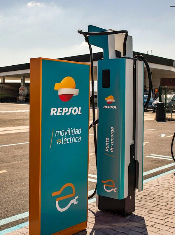 Madrid inaugura uno de los 18 nuevos puntos de recarga rápida para coche eléctrico que se van a instalar