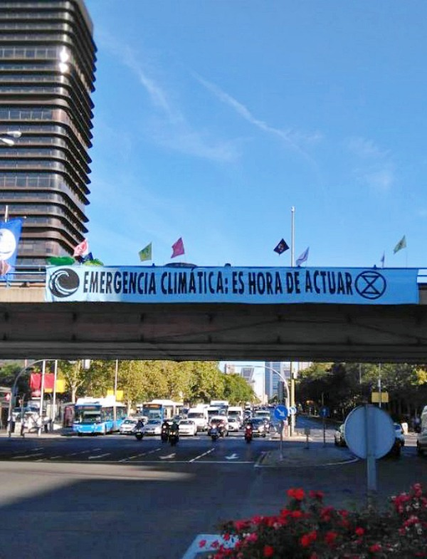 La policía se 'ensaña' con los activistas por el clima que ocuparon el puente de Nuevos Ministerios