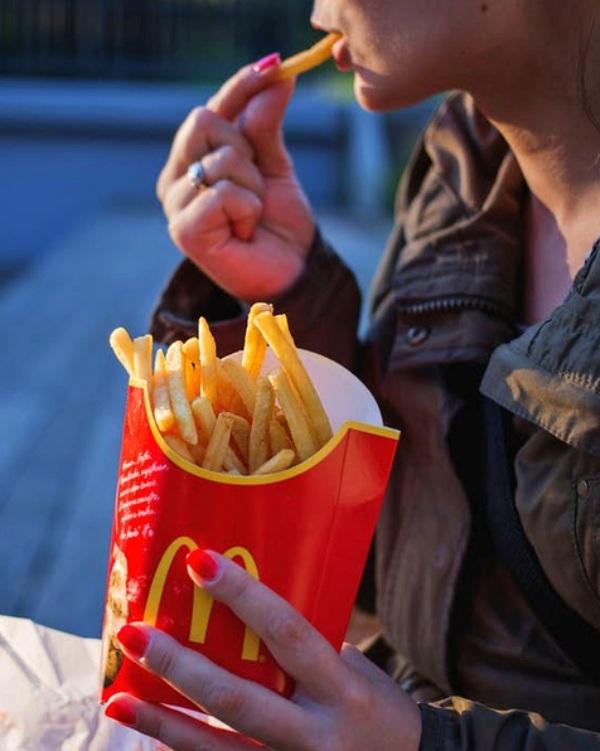 Te explicamos por qué el insomnio hace que te 'lances' a la comida basura