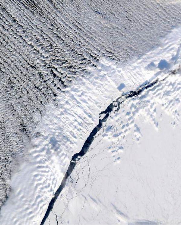 Aparecen grietas 'gigantes' en una arteria de hielo de la Antártida