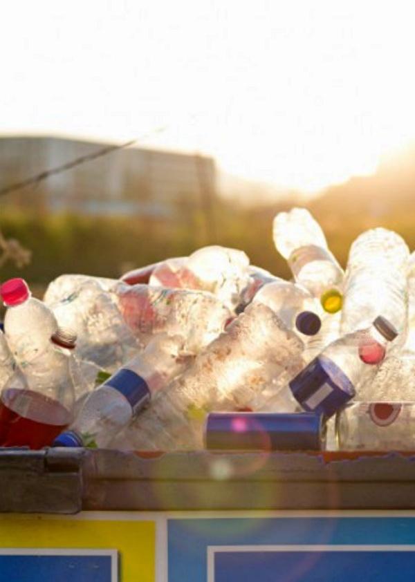 El significado del número en el símbolo de reciclaje en las botellas de plástico