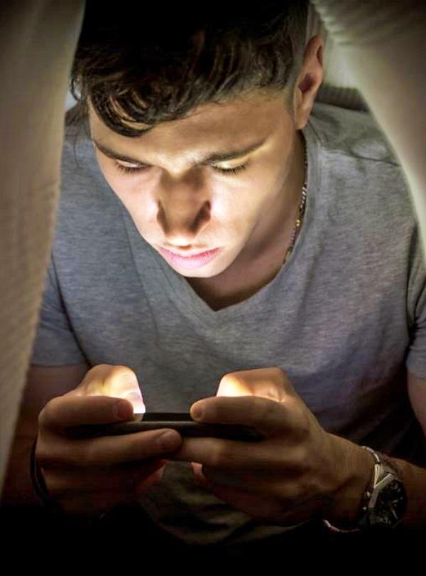 Si tus hijos adolescentes pasan demasiado tiempo en las redes sociales, 'córtalo de cuajo'