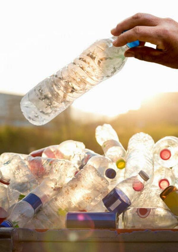 En 2018, se vendieron mil millones de botellas de plástico al día