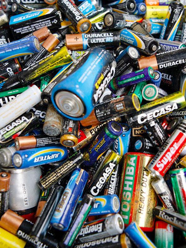Instalados 40 nuevos contenedores para el reciclaje de pilas en Granada