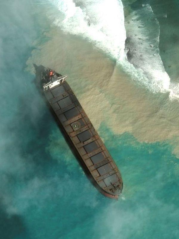 El carguero japonés encallado en Mauricio acaba partido en dos durante las maniobras de limpieza