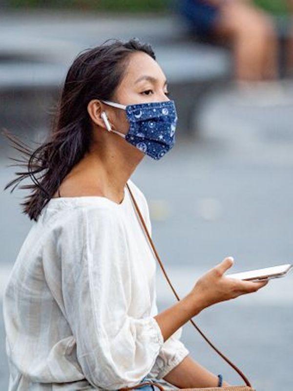 Las mascarillas de tela sí son eficaces y toser en el codo no sirve