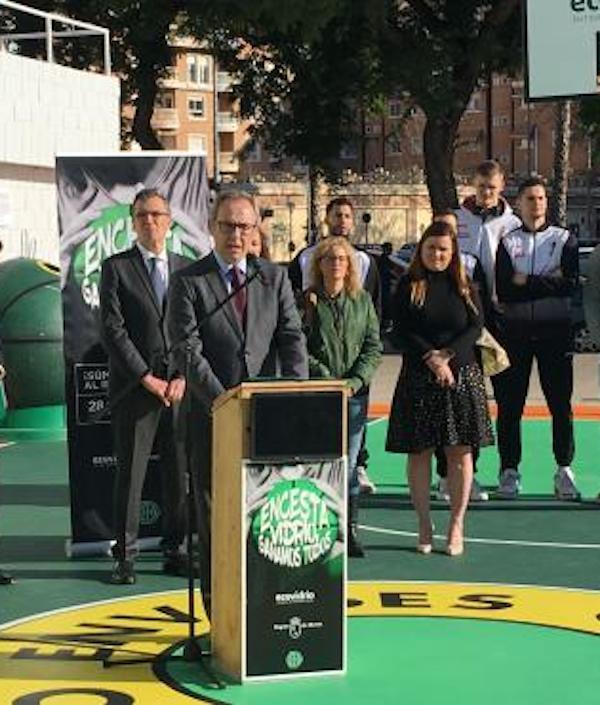 Murcia cuenta con una pista de baloncesto realizada con envases de vidrio reciclado