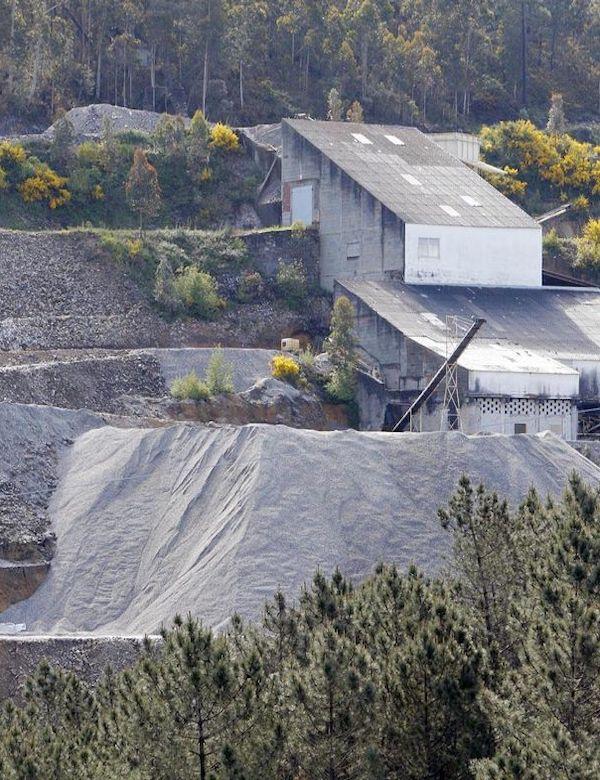 Escándalo en la mina de San Finx en Galicia