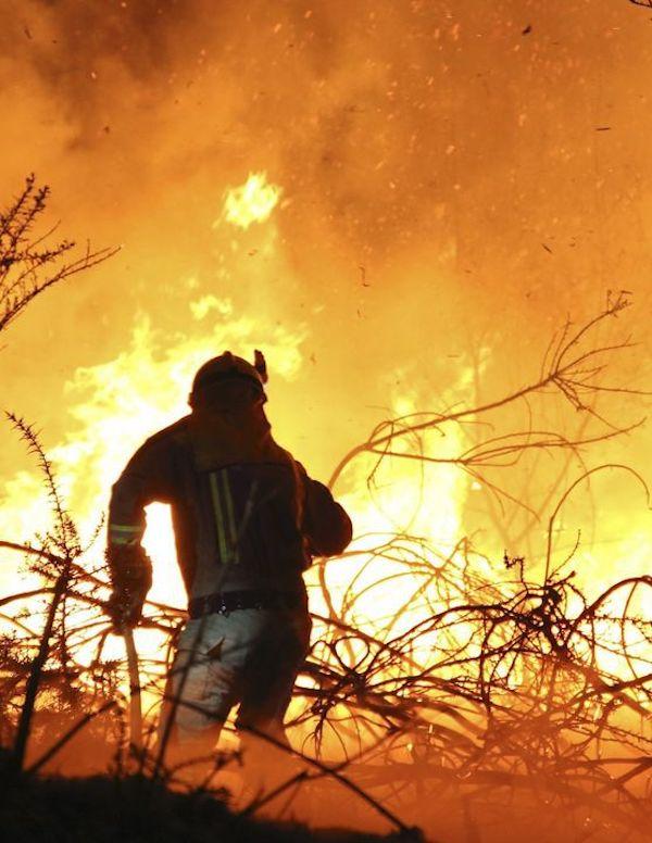 Activos cuatro de los doce fuegos provocados en Cantabria