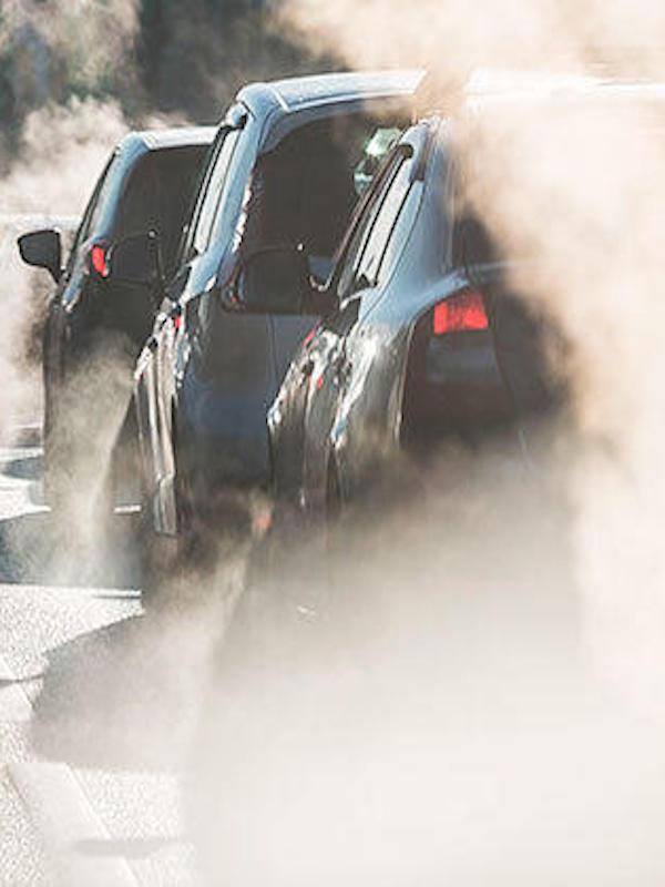 Los 'trucos' y 'medias-verdades' para vender coches contaminantes
