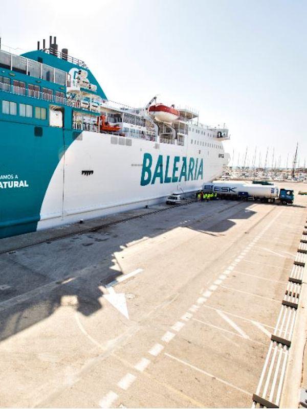 El ferry Bahama Mama de Baleària, primer barco en recibir suministro de gas natural licuado en el puerto de Dénia