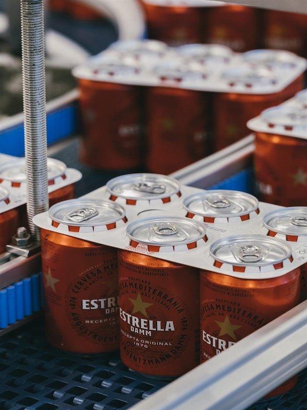 Estrella Damm apuesta por cambiar las anillas de plástico de sus latas por otras de cartón biodegradable