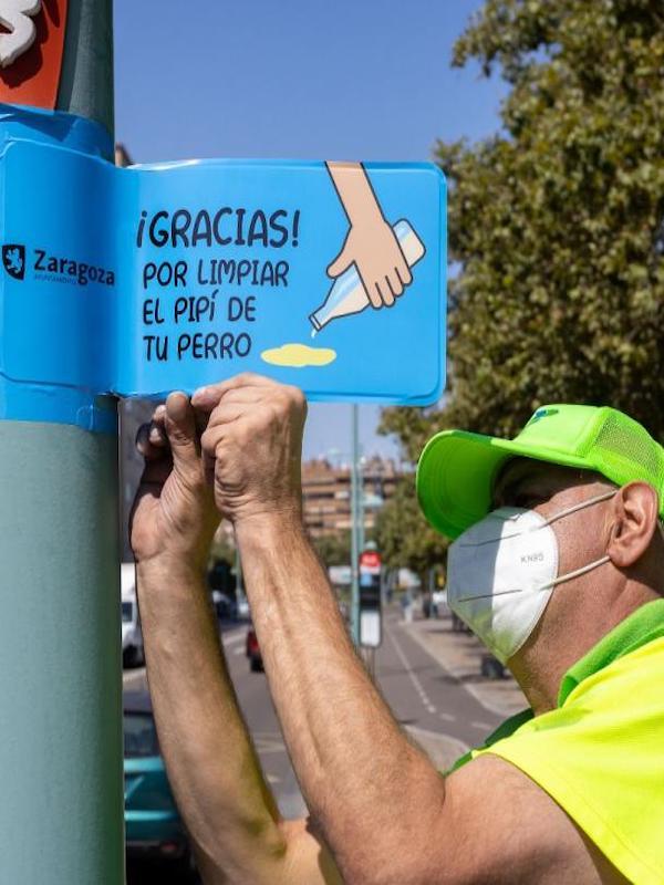 Zaragoza distribuirá 19.000 botellitas para que los propietarios de perros limpien los orines