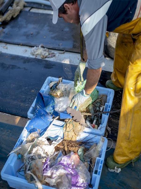 Pescadores valencianos 'dan el don de pecho' con los residuos