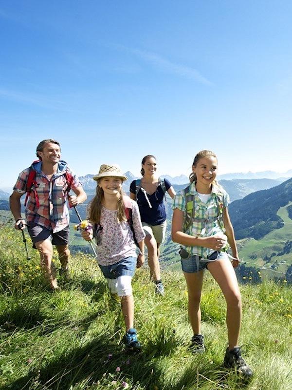 Sierra Nevada ofrece este verano actividades para familias, amantes del senderismo, la astrología o deportes de aventura