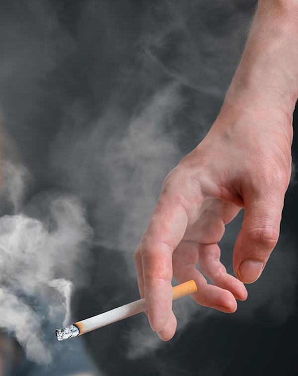 El humo de tabaco impregnado en la ropa eleva la contaminación en sitios cerrados