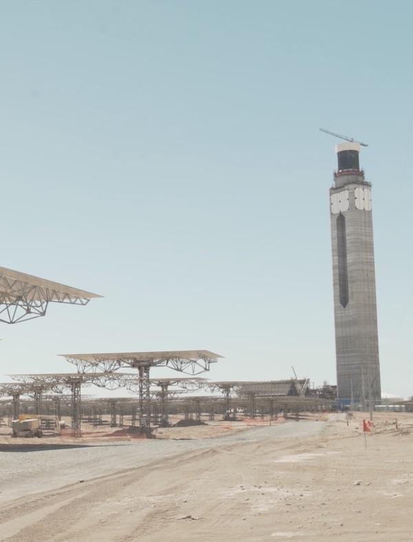 Cerro Dominador, la primera planta de termosolar torre de América Latina, iza su receptor a 220 metros de altura
