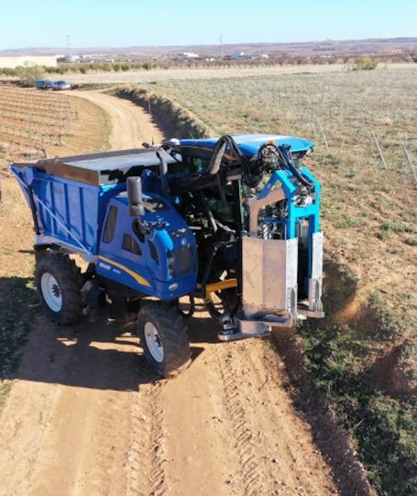Un prototipo de máquina de prepoda de vid usa los restos como biomasa