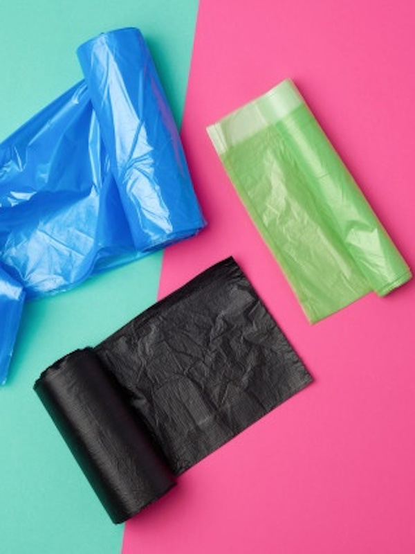 Tres bolsas de plástico distintas para residuos en la viviendas afectadas por el COVID-19