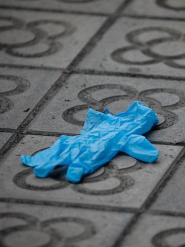Abandonar guantes y mascarillas en el medio ambiente es una 'gravísima' irresponsabilidad