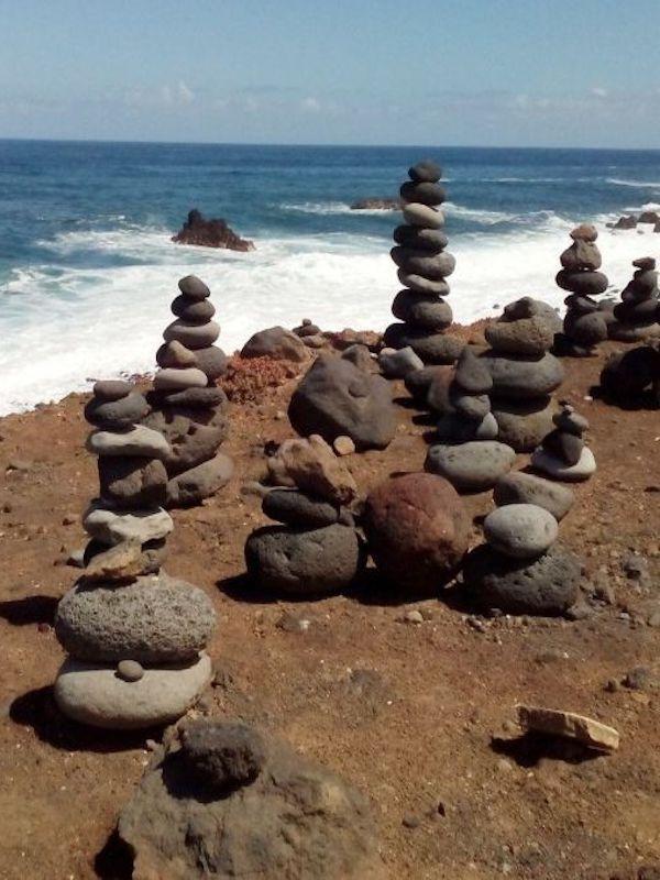La moda de apilar piedras en espacios naturales es una 'malísima idea'