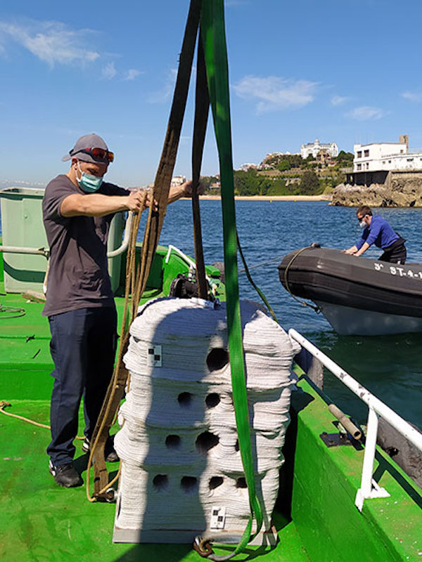 Sumergen arrecifes artificiales en la bahía de Santander para estudiar su biodiversidad