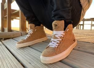 Bullfeet fabrica sneakers y botas con corcho y plástico reciclado del mar