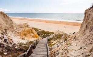 La pasarela de Cuesta Maneli ofrece un paseo por uno de los complejos de dunas de mayor valor ecológico de Europa
