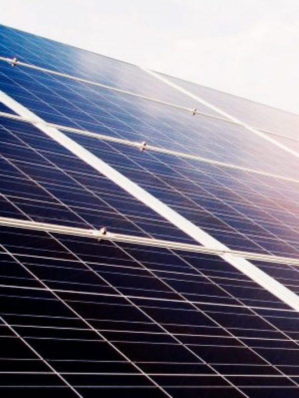Reciclar papel solo con energía renovable es útil para el clima