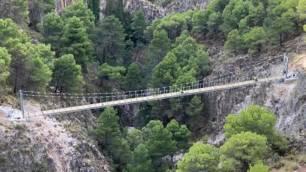 La Gran Senda de Málaga se enriquece con uno de los tres puentes colgantes más grandes de España en espacios naturales
