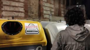"""Greenpeace arremete con Miles de pegatinas con el mensaje """"Ecoembes miente"""""""
